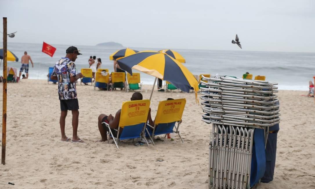 Copacabana: preços superfaturados de barracas, cadeiras e água de coco nas praias Foto: Pedro Teixeira / Agência O Globo/Pedro Teixeira
