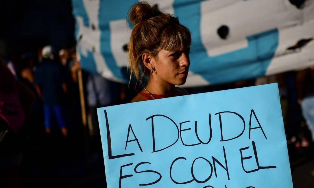"""Argentina segura cartaz com os dizeres """"a dívida é com o povo"""" Foto: RONALDO SCHEMIDT / Ronaldo Schemidt/AFP/12-2-2020"""