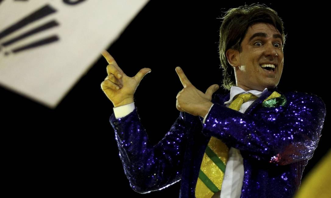 Arminha com as mãos celebrizada por Bolsonaro foi lembrada várias vezes durante o cortejo Foto: BRENNO CARVALHO / Agência O Globo