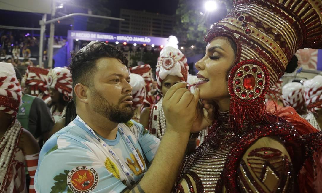 Antes de a Viradouro entrar, o maquiador Wagner Raiol dava os últimos retoques na rainha Raissa Machado Foto: ANTONIO SCORZA / Agência O Globo