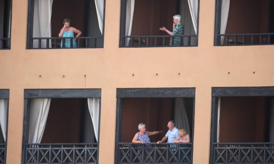 Turistas vão para as varandas no hotel H10 Costa Adeje Palace, em tenerife, nas Ilhas Canárias Foto: DESIREE MARTIN / AFP