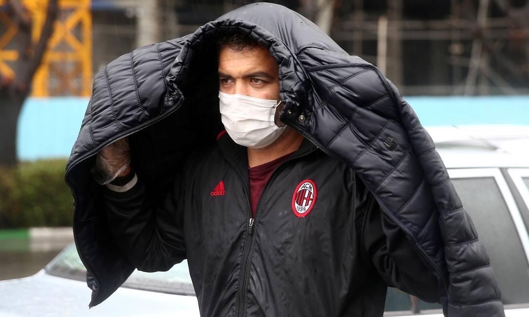 Iraniano usa máscara de proteção enquanto caminha pelas ruas de Teerã Foto: WANA NEWS AGENCY / VIA REUTERS