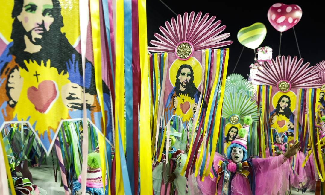 Mangueira fez uma releitura da vida de Jesus, representado como mulher, gay, índio e morador de rua Foto: Guito Moreto / Agência O Globo