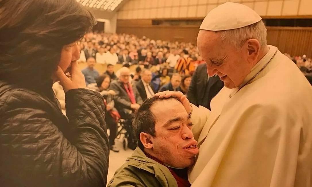 Regina Próspero e o filho Eduardo, portador de doença rara, se encontram com o Papa Francisco Foto: Arquivo pessoal