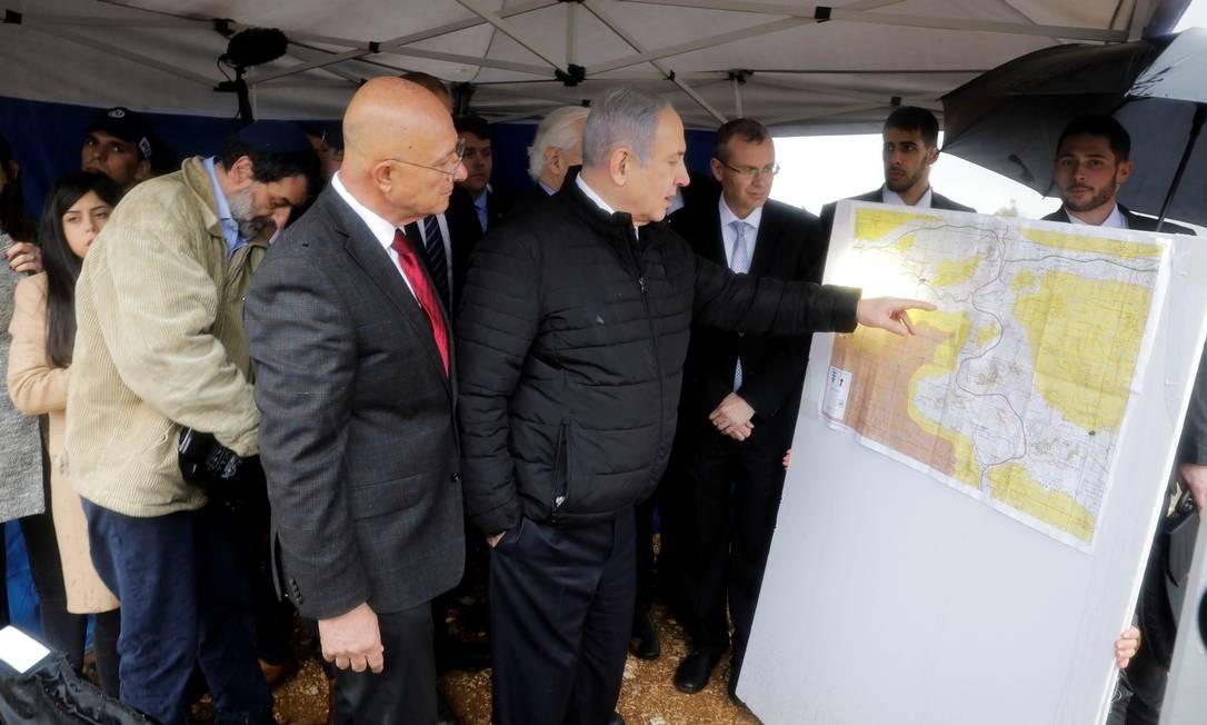 O premier de Israel, Benjamin Netanyahu, checa o mapa da área em sua visita ao assentamento de Ariel, na Cisjordânia Foto: POOL / REUTERS