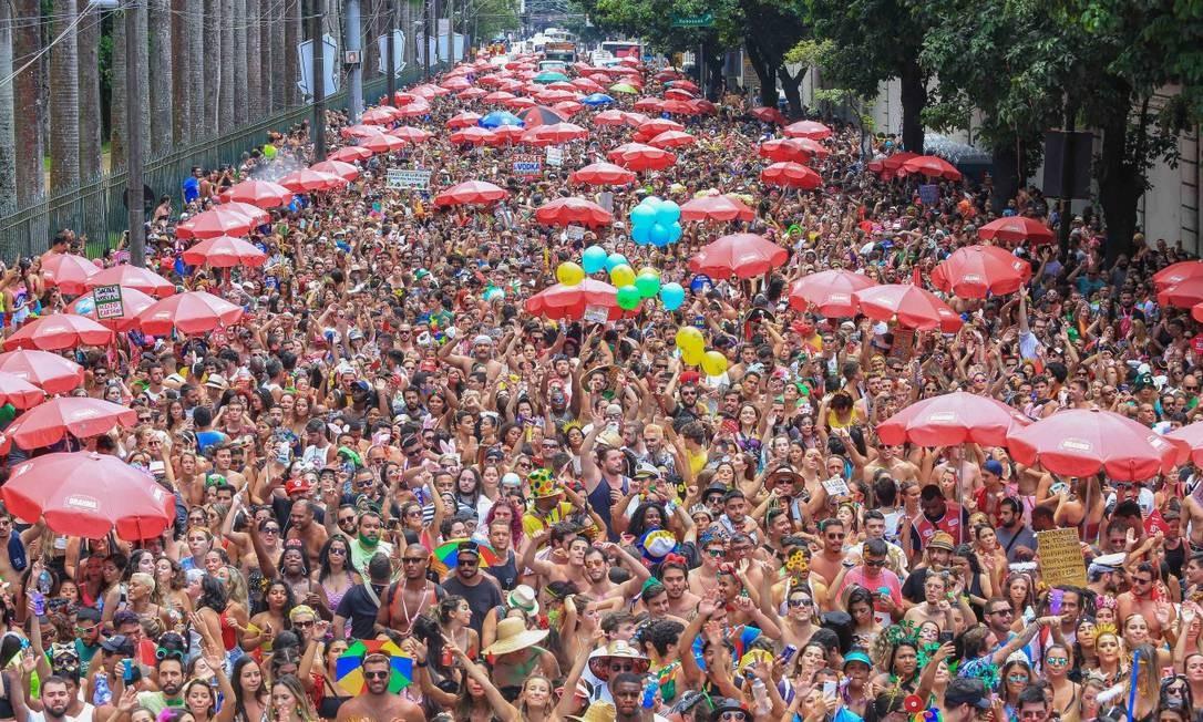 Carnaval no calorão de 50 graus. Na foto, Bloco 'Vagalume, o verde', no Jardim Botânico Foto: Marco Antonio Teixeira   Riotur / Agência O Globo