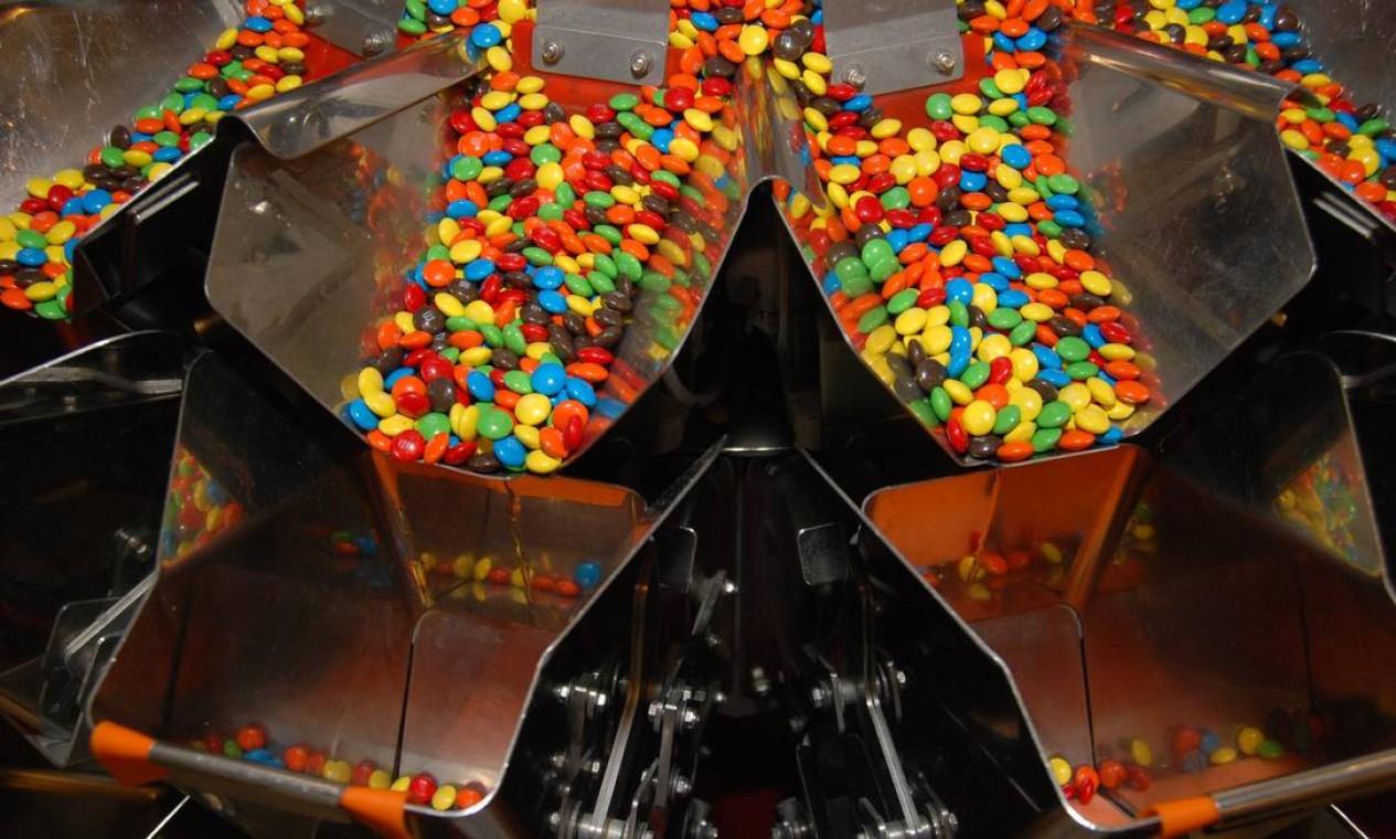 Forrest Mars viu soldados na Guerra Civil Espanhola, nos anos 30, comendo chocolates cobertos com uma camada de doce, para evitar que derretessem. Veio daí a ideia para a receita dos coloridos M&Ms. Foto: Arquivo