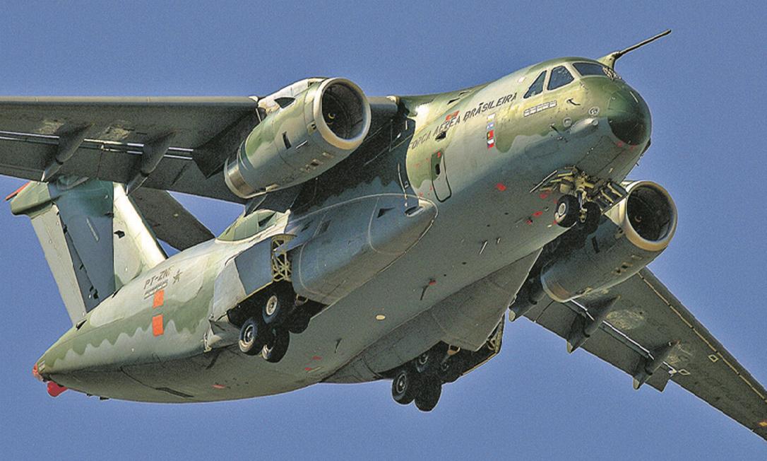 Cargueiro KC-390, maior aeronave militar já produzida pela Embraer, é um dos produtos da indústria nacional de defesa que o governo quer ajudar a destacar na vitrine internacional, ampliando mercados lá fora Foto: Lucas Lacaz Ruiz / Agência O Globo