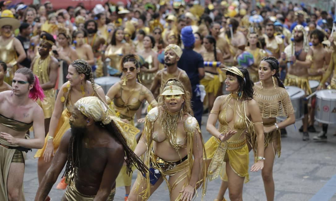 Com mistura de ritmos afros e uma percussão marcante, o grupo reuniu uma multidão de foliões fiéis, com direito a muito glitter dourado e pinturas corporais Foto: Marcia Foletto / Agência O Globo