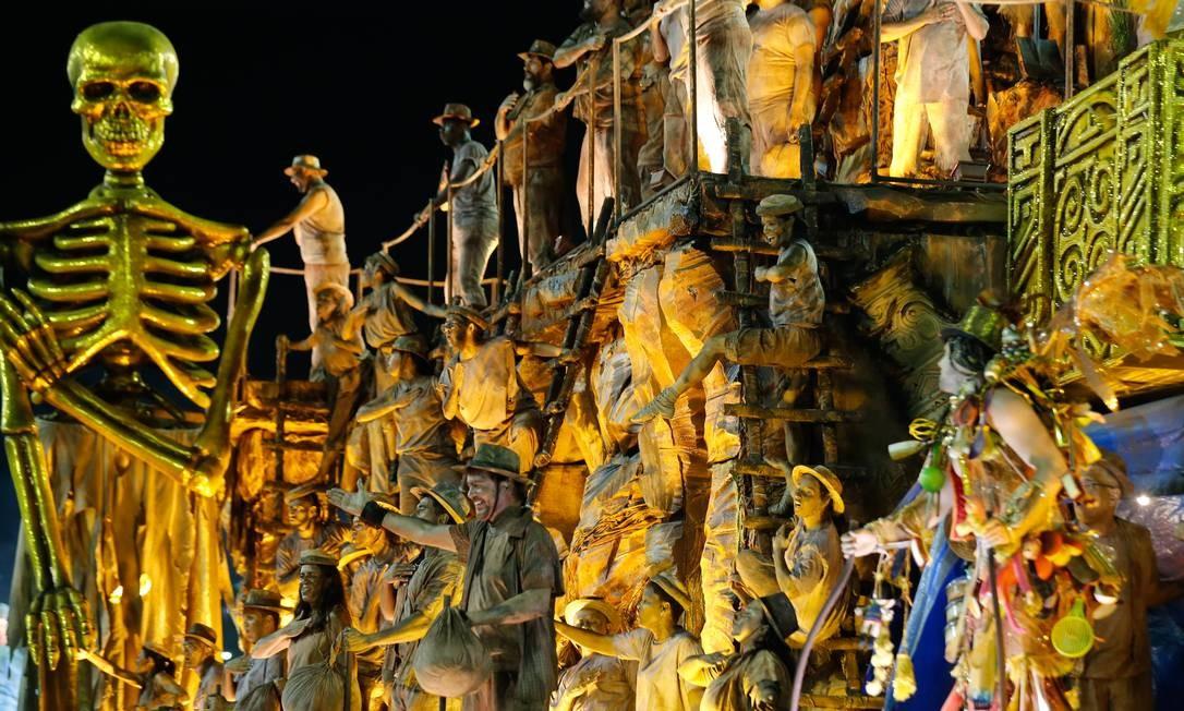Estácio de Sá venceu no destaque popular do Estandarte de Ouro com alegoria sobre a mineração na Serra Pelada Foto: Marcelo Theobald / Agência O Globo
