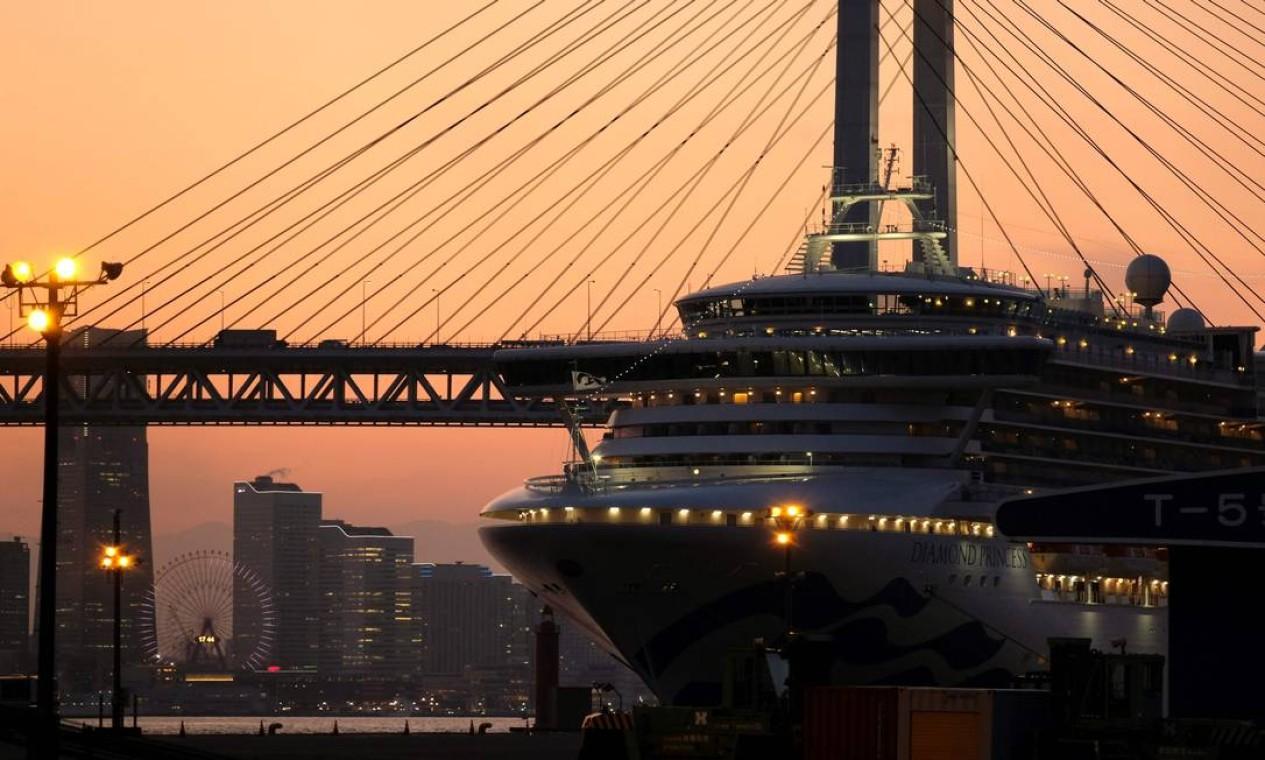 O cruzeiro Diamond Princess ficou em quarentena no terminal de cruzeiros do cais de Daikoku, em Yokohama. Três passageiros infectados morreram depois do desembarque Foto: KAZUHIRO NOGI / AFP