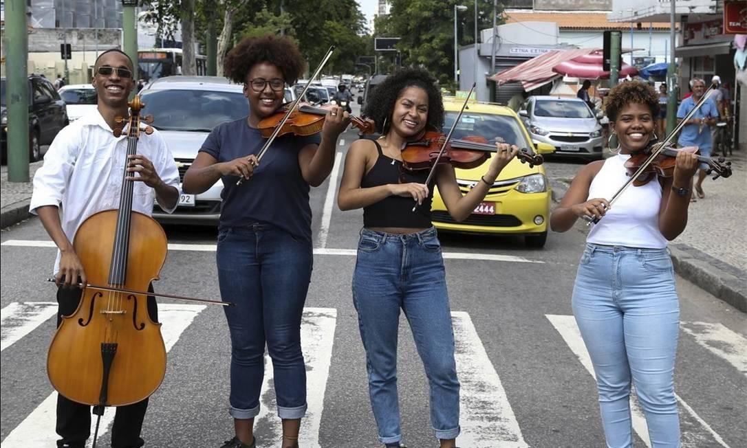 Orquestra de Rua surgiu em junho de 2017. Jovens são de comunidades da Zona Norte e do Centro do Rio Foto: Pedro Teixeira / Agência O Globo