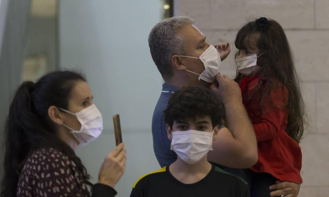 Familiares aguardam no aeroporto de Guarulhos a chegada de passageiros em voo que veio da Itália Foto: Edilson Dantas / Agência O Globo