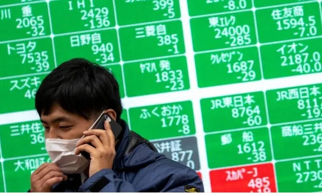 Bolsa de Tóquio: ações japonesas caíram com a disseminação do coronavírus Foto: AFP