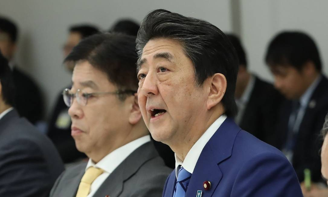 O primeiro-ministro do Japão, Shinzo Abe, participa de reunião sobre coronavírus no seu escritório, em Tóquio, nesta quinta-feira (27) Foto: STR / AFP