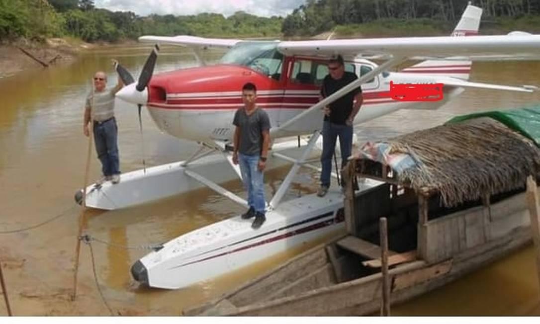 Hidroavião monomotor usado pelos missionários nos sobrevoos às aldeias no Vale do Javari . Na foto, Wilson Kannenberg e Andrew Tonkin atrás do indígena Foto: Facebook/Reprodução