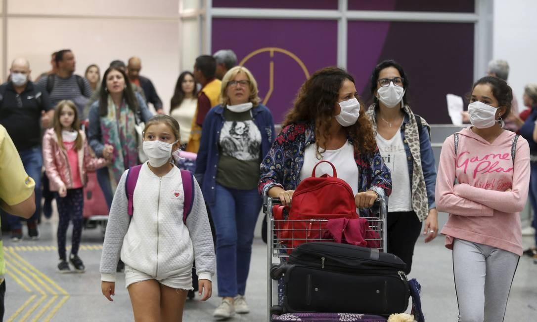 Passageiros de voos que partiram de Roma e de Frankfurt desembarcam no Aeroporto Internacional do Galeão, no Rio, na manhã de quinta-feira Foto: FABIANO ROCHA / Agência O Globo