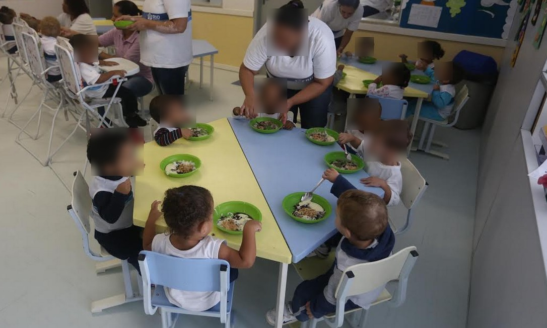 Crianças se alimentam em creche da rede municipal. Cozinheiros estão preparando comida sem uso de luva higiência, segundo corpo técnico do TCM Foto: Divulgação/ Prefeitura