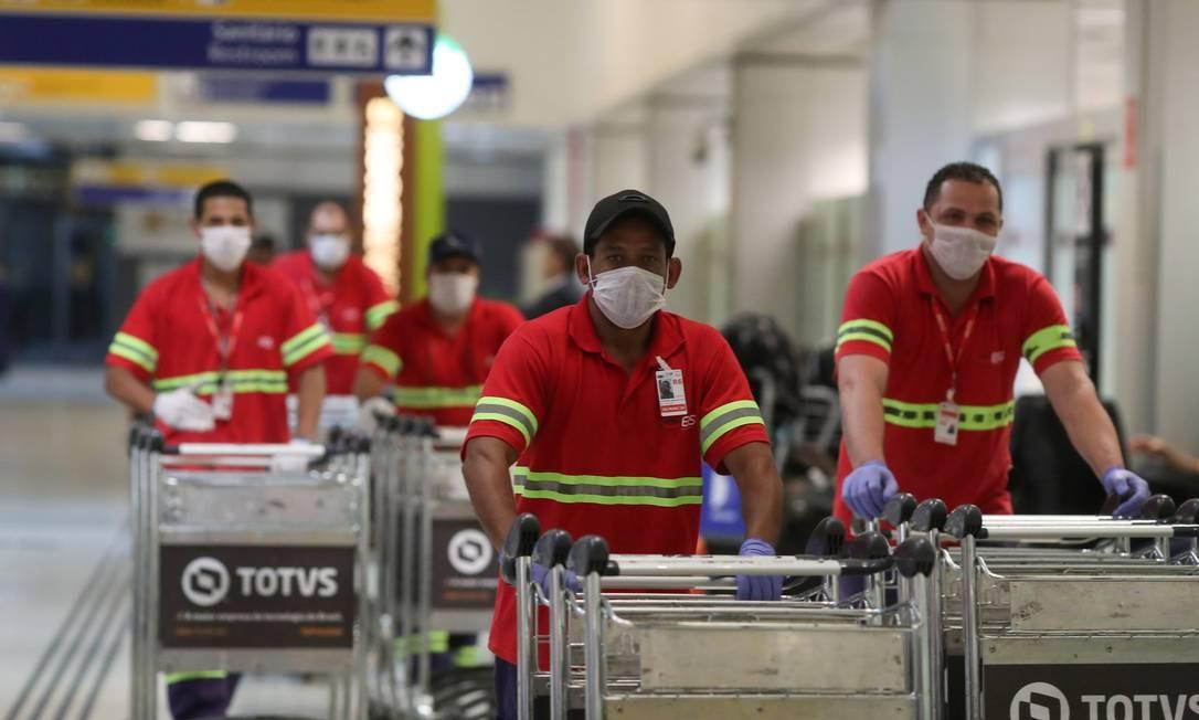 Funcionários usam máscaras protetoras no Aeroporto de Guarulhos Foto: AMANDA PEROBELLI / REUTERS