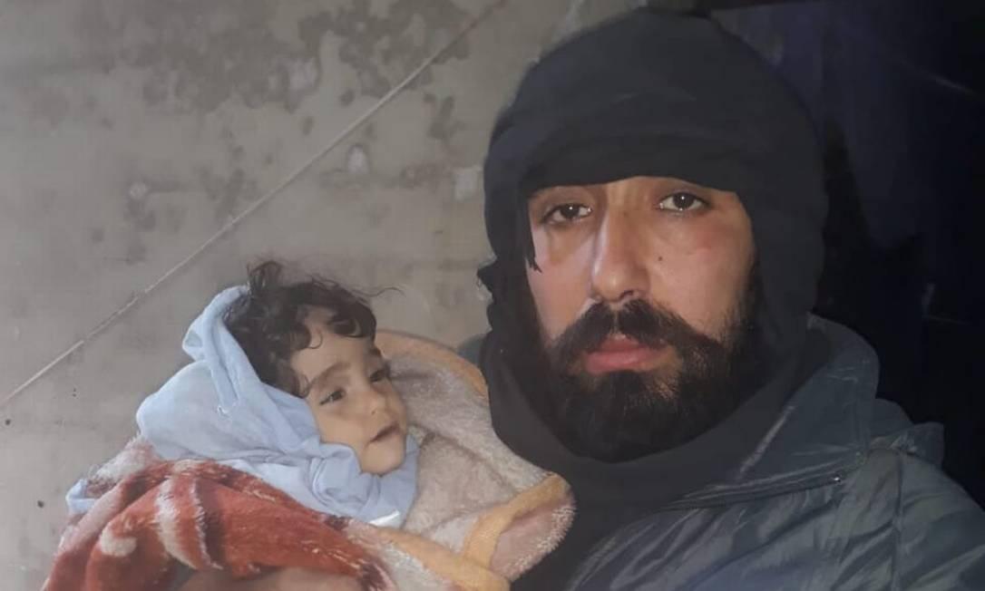 Foto mostra Ahmad Yassin Leila e a filha, Iman, que viria a morrer de hipotermia na Síria Foto: HANDOUT / NYT