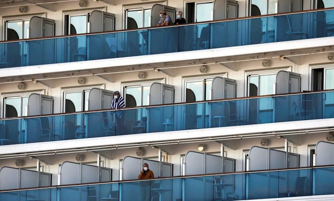 Pasageiros do Diamond Princess, navio impedido de deixar o porto de Yokohama, no Japão, por ter pessoas infectadas com o coronavírus a bordo Foto: Athit Perawongmetha / Reuters
