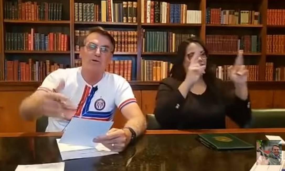 Bolsonaro em transmissão ao vivo nas redes sociais Foto: Reprodução