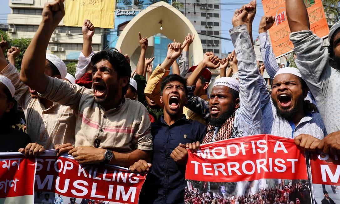 Muçulmanos protestam contra o premier indiano Narendra Modi: violência sectária deixou mais de 30 mortos Foto: MOHAMMAD PONIR HOSSAIN / REUTERS