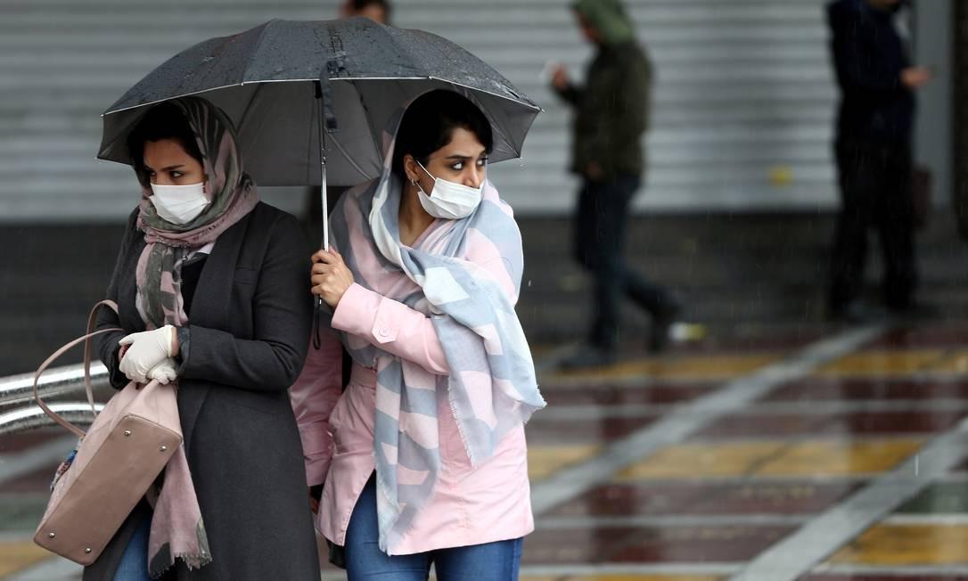 Mulheres iranianas caminham em rua da capital, Teerã, com máscaras de proteção contra o coronavírus Foto: Wana News Agency / VIA REUTERS