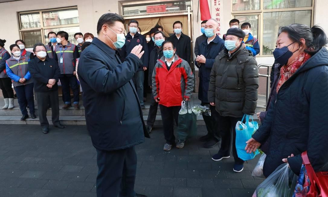 Xi Jinping se contra com população durante visita à centro de prevenção contra o Covid-19 Foto: Ju Peng / AFP / 10-02-2020
