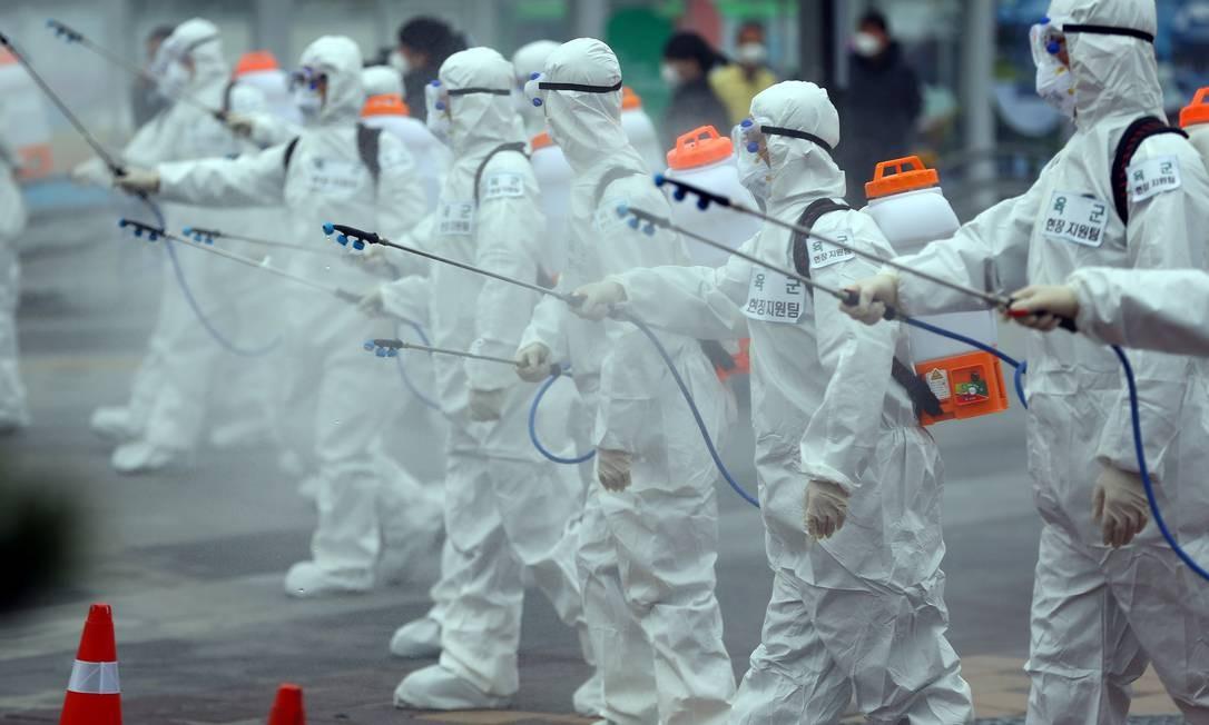Soldados higienizam a estação ferroviária de Daegu em Daegu, na Coréia do Sul Foto: YONHAP / REUTERS