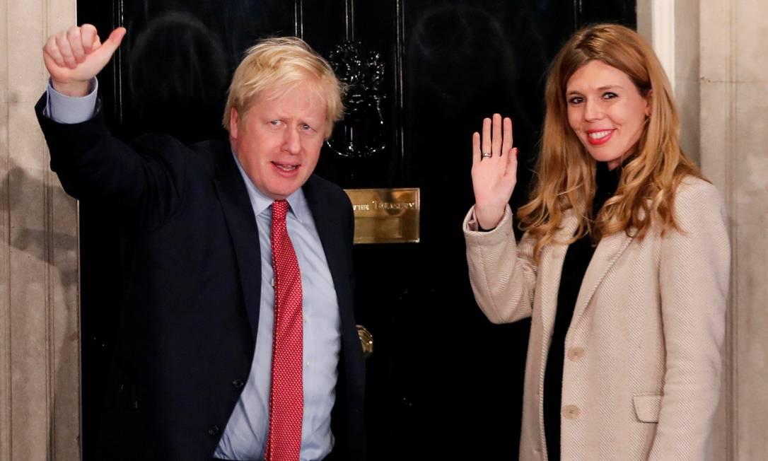 Premier britânico Boris Jonhson e a namorada, Carrie Symonds, na manhã após a vitória nas eleições gerais de dezembro Foto: Thomas Mukoya / REUTERS