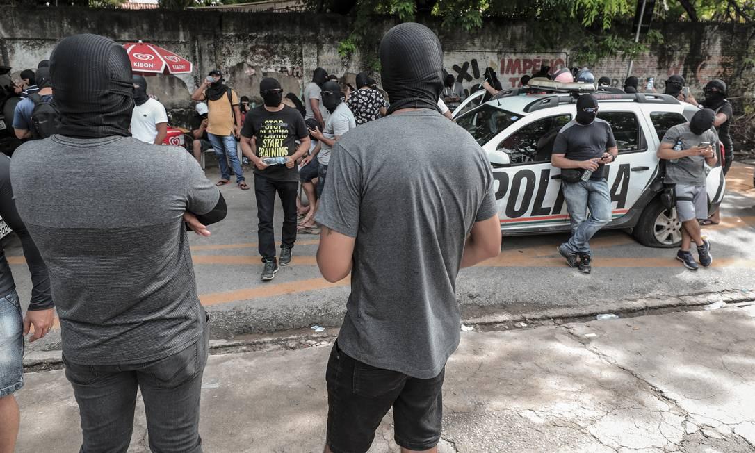 Encapuzados. Policiais militares amotinados no 18º batalhão, no bairro de Antônio Bezerra, Zona Oeste de Fortaleza Foto: Jarbas Oliveira / Agência O Globo