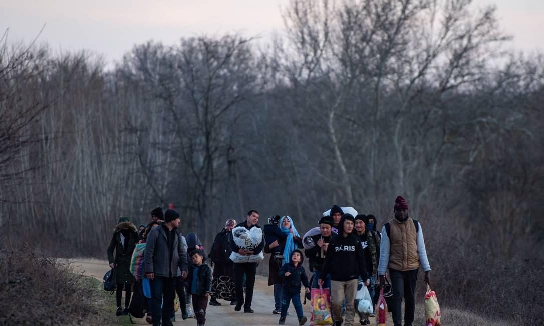 Imigrantes caminham em direção ao rio Meritsa, no noroeste da Turquia, para pegar um barco para tentar entrar na Grécia Foto: YASIN AKGUL / AFP