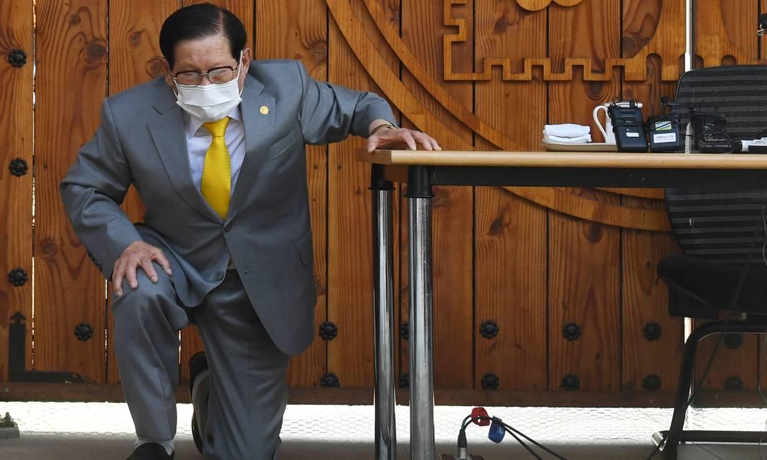 O fundador da Igreja de Jesus Shincheonji, também conhecida como Templo do Tabernáculo do Testemunho, se ajoelha diante de jornalistas durante coletiva de imprensa na cidade de Gapyeong, na Coreia do Sul Foto: YONHAP / REUTERS