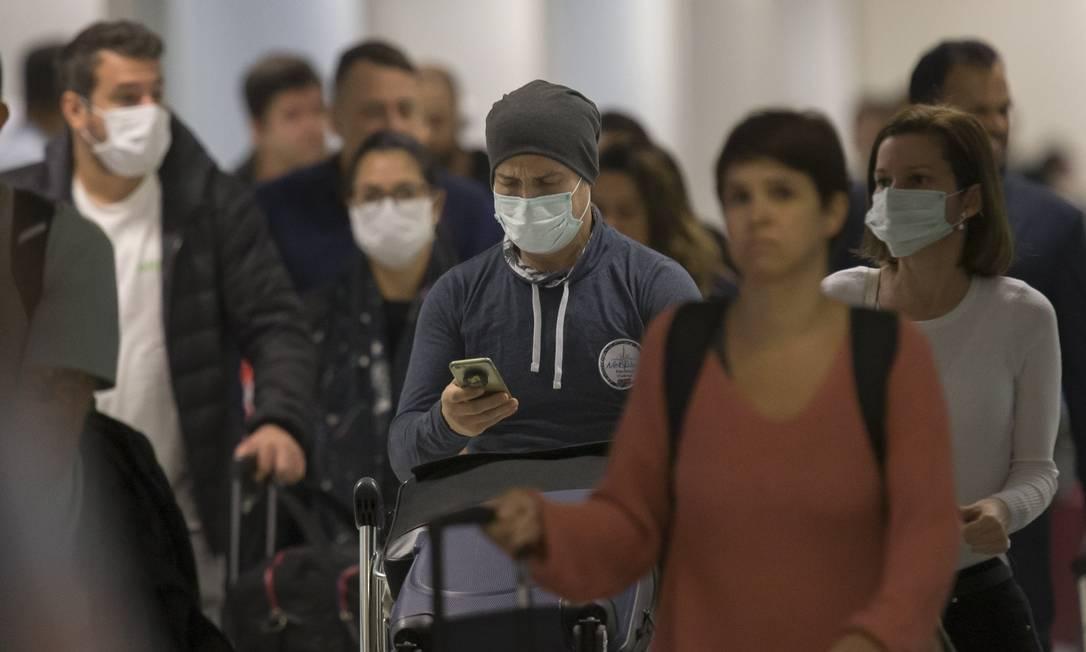 Passageiros desembarcam no aeroporto internacional de Guarulhos de voos vindos da Europa; 18 dos 27 estados-membros da União Europeia têm casos de contágio Foto: Edilson Dantas / Agência O Globo