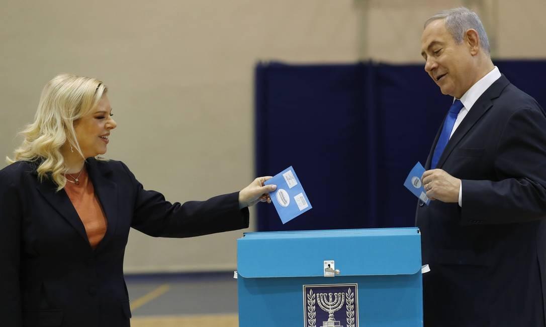 Benjamin Netanyahu e sua mulher, Sara Netanyahu, votam em Jerusalém Foto: ATEF SAFADI / AFP