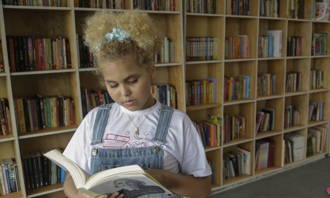 Lua Oliveira, de apenas 12 anos, fundou uma biblioteca e participa de vários projetos em prol de sua comunidade Foto: Gabriel de Paiva / Agência O Globo