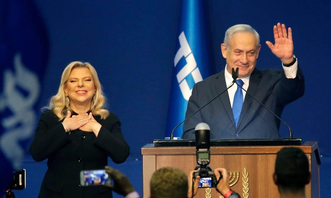 Acompanhado da mulher, Sara, o primeiro-ministro de Israel, Benjamin Netanyahu, comemora o classifica como 'gigantesca vitória' nas eleições legislativas Foto: GIL COHEN-MAGEN / AFP