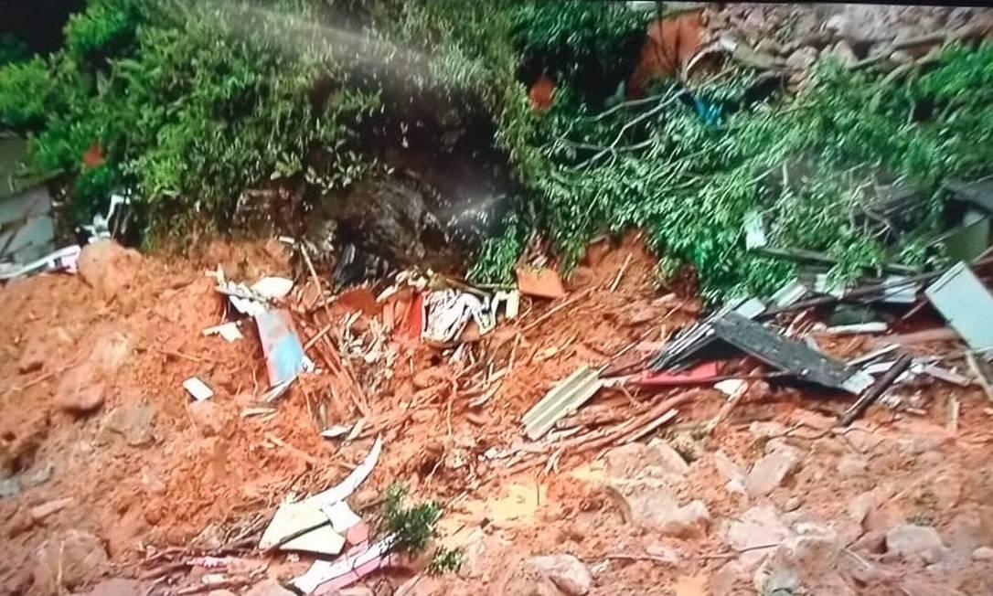 Morro do Macaco, em Guarujá, onde um oficial do Corpo de Bombeiros morreu soterrado após deslizamentos Foto: Reprodução/TV