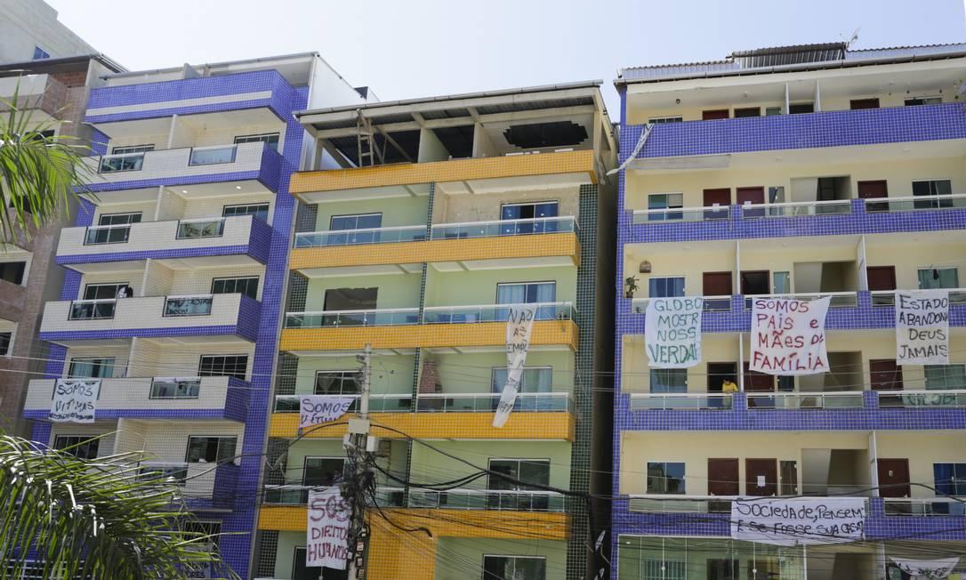 Faixas de protesto nas janelas dos prédios da Muzema contra demolição em julho de 2019 Foto: Gabriel de Paiva/31-7-2019 / Agência O Globo