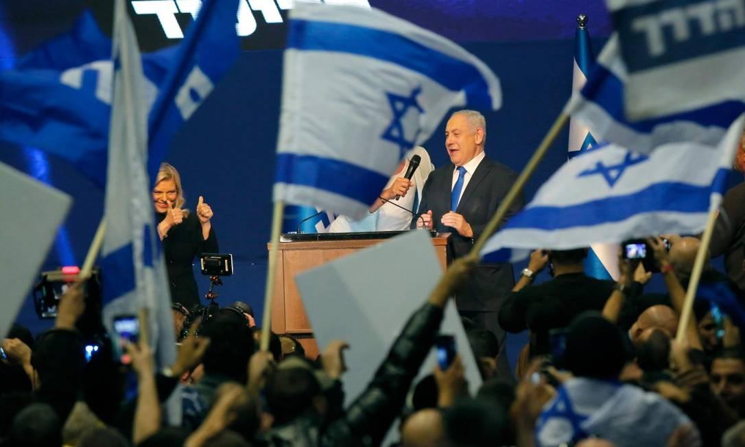 Benjamin Netanyahu, ao lado de sua mulher, Sara, durante discurso da vitória para seus aliados Foto: GIL COHEN-MAGEN / AFP
