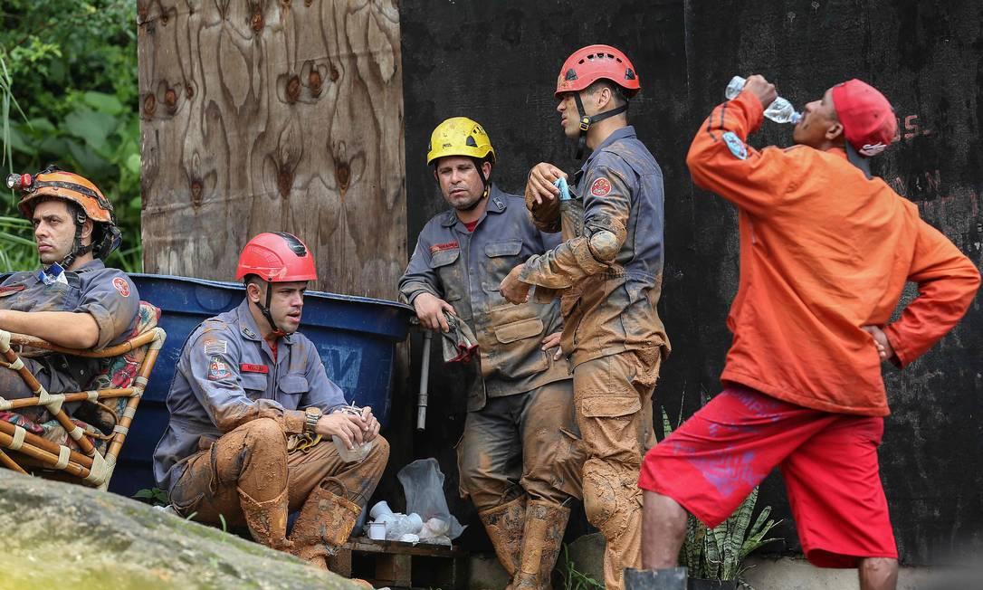 Moradores se juntaram aos bombeiros para ajudar nas buscas por desaparecidos Foto: Guilherme Dionizio / AFP