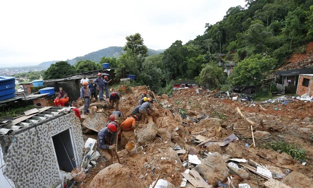 Desabamento no Morro do Macaco Molhado, no Guarujá (SP) Foto: Edilson Dantas / Agência O Globo