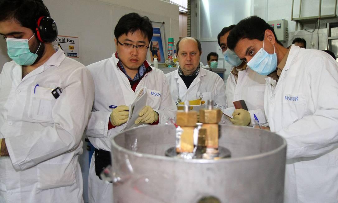 Inspectores da Agência Internacional de Energia Atômica (AIEA) em foto de 2014 na usina nuclear de Natanz, ao sul de Teerã Foto: KAZEM GHANE / AFP