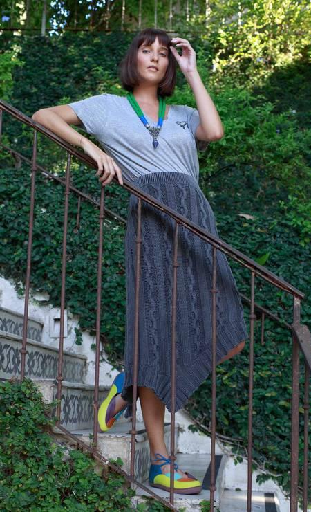 Saia Sacada (sacada.com), R$ 429; sapatos Virginia Barros (www.virginiabarros.com.br), R$ 186,90; blusa Eva (useva.com), R$ 339; e colar Santa Miçanga, R$ 90 Foto: Luiz Brown
