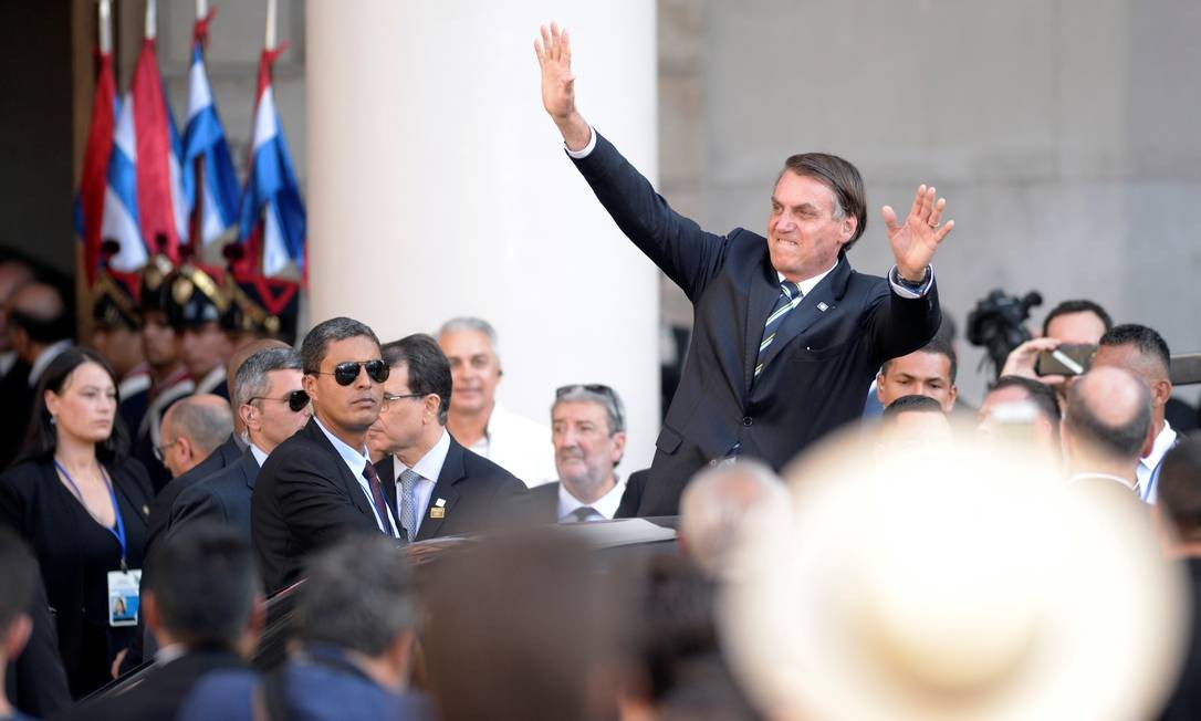 Bolsonaro acena ao chegar à posse do novo presidente do Uruguai, Luis Lacalle Pou, no último domingo: ele vai pela terceira vez aos EUA Foto: ANDRES CUENCA OLAONDO / REUTERS/1-3-2020