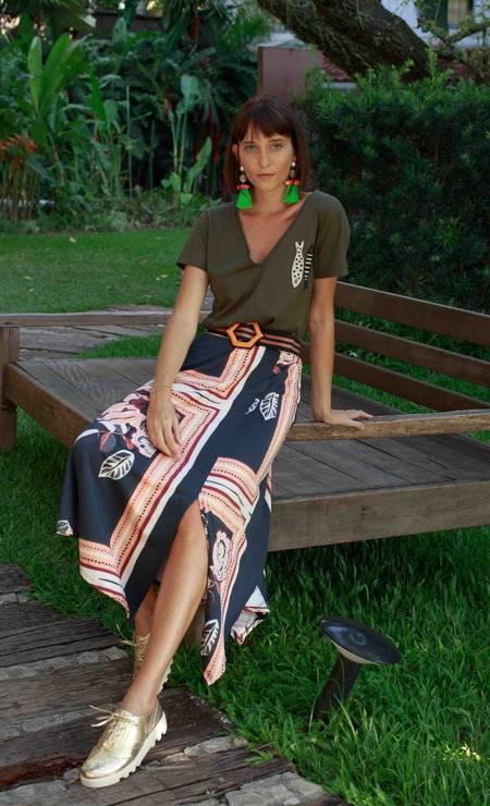 Saia Zinzane (www.zinzane.com.br), R$ 79,99; camiseta Maria Filó (www.mariafilo.com.br), R$ 159; sapatos Via Curtume (www.useviacurtume.com.br), R$ 269,90; cinto Eva, R$ 368; e brincos Zara (zara.com), R$ 99 Foto: Luiz Brown