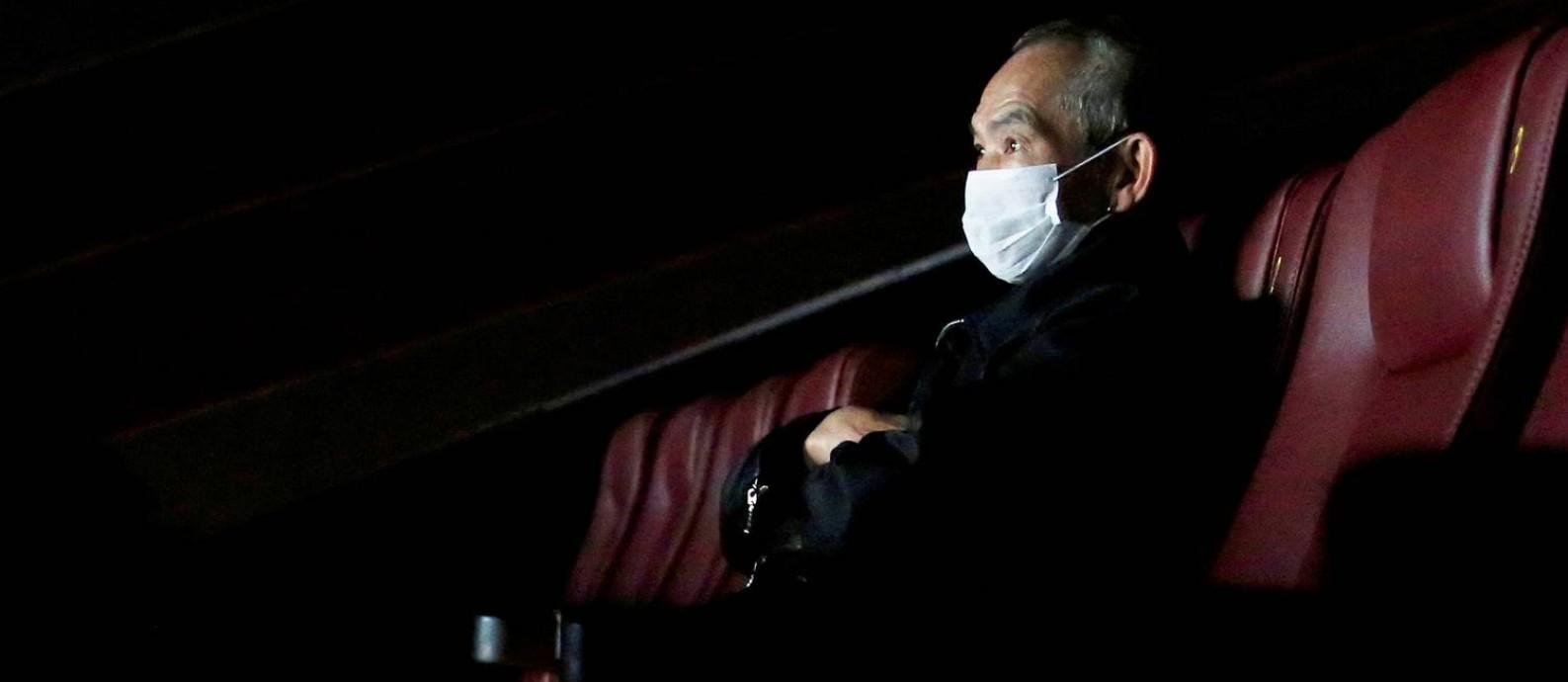 Homem usa máscara num cinema vazio de Hong Kong: prejuízo no cinema pode chegar a U$5 bilhões Foto: TYRONE SIU / REUTERS
