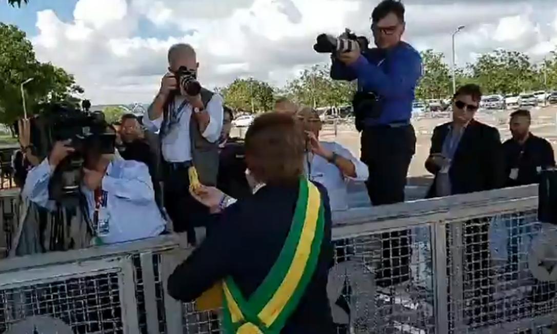 Humorista desce do comboio presidencial para distribuir bananas para imprensa Foto: Reprodução/Facebook
