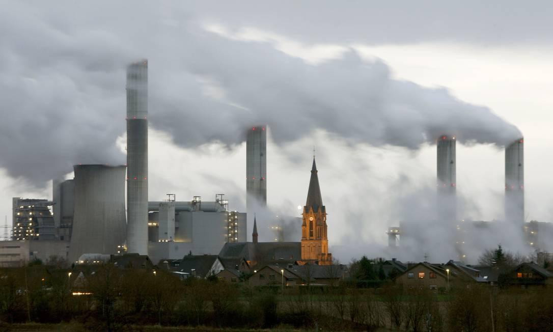 Fábrica na vila de Gusdorf, a oeste de Colônia, emitindo poluentes. Foto: Arnd Wiegmann / Reuters